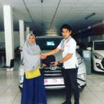 Foto Penyerahan Unit 1 Sales Marketing Mobil Dealer Daihatsu Muammar