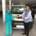 Foto Penyerahan Unit 6 Sales Marketing Mobil Dealer Daihatsu Muammar