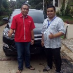 Foto Penyerahan Unit 2 Sales Marketing Mobil Dealer Toyota Dolly