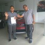 Foto Penyerahan Unit 2 Sales Marketing Mobil Dealer Wuling Medan Fadlan