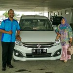 Foto Penyerahan Unit 2 Sales Marketing Mobil Suzuki Medan Harry