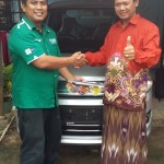 Foto Penyerahan Unit 1 Sales Marketing Mobil Dealer Suzuki Metra Jaya