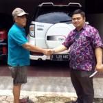Foto Penyerahan Unit 4 Sales Marketing Mobil Dealer Toyota Dolly