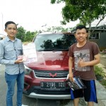 Foto Penyerahan Unit 2 Sales Marketing Mobil Dealer Wuling Alfin