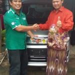 Foto Penyerahan Unit 1 Sales Marketing Mobil Dealer Suzuki Metra Jaya