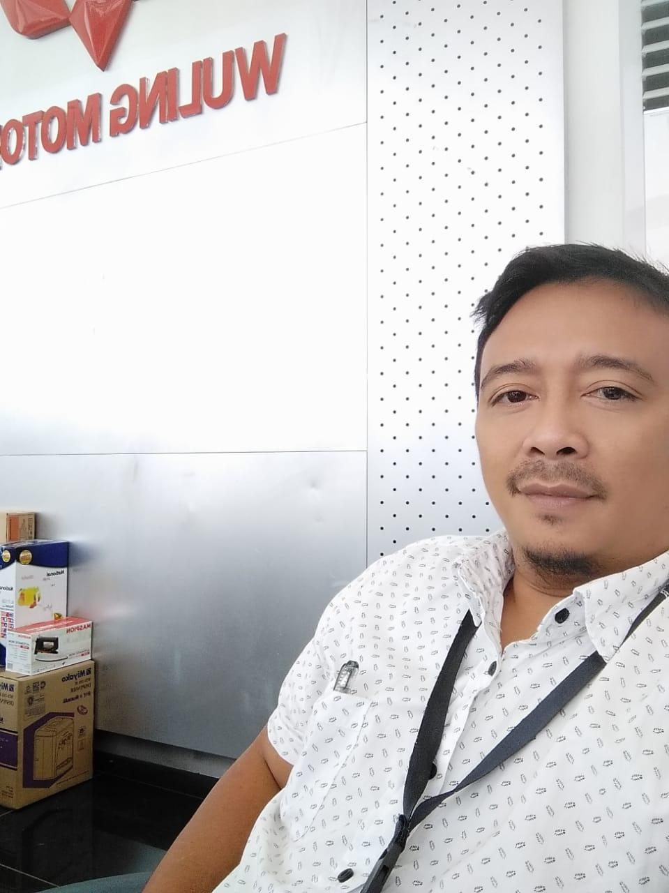 Sales Marketing Mobil Dealer Wuling Gandhi